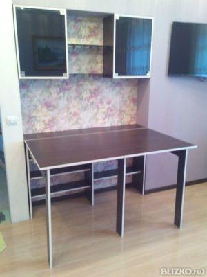 Встроенная мебель для гостинной: складной стол и система нав.