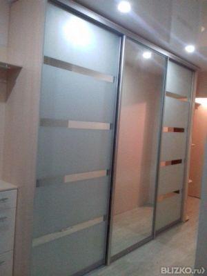 Шкаф-купе для прихожей сочетание полос зеркального и матовог.